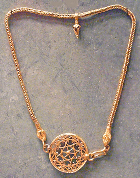 Filigran gold clasp, Egyptian Roma, the clasp becomes bigger than the pendant